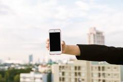 Χρήση επιχειρησιακών ασιατική γυναικών του κινητού τηλεφώνου και παρουσίαση της οθόνης Στοκ εικόνες με δικαίωμα ελεύθερης χρήσης