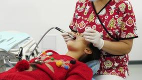 Χρήση οδοντιάτρων το τρυπάνι και ο οδοντικός καθρέφτης για τη διαδικασία θεραπείας φιλμ μικρού μήκους