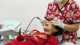 Χρήση οδοντιάτρων το τρυπάνι και ο οδοντικός καθρέφτης για τη διαδικασία θεραπείας απόθεμα βίντεο