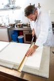 Χρήση του εδώδιμου εγγράφου ρυζιού από το βιοτέχνη στο βιομηχανικό εργαστήριο Στοκ Φωτογραφίες