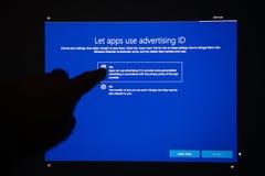 Χρήση Apps που διαφημίζει το κουμπί ταυτότητας μετά από την πτώση Upda της Microsoft Wondowd Στοκ φωτογραφία με δικαίωμα ελεύθερης χρήσης