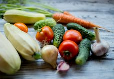χρήσιμα λαχανικά Ώριμα και νόστιμα λαχανικά στον πίνακα Στοκ Φωτογραφία