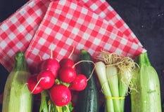χρήσιμες βιταμίνες λαχανικών ντοματών άνοιξη σαλάτας αγγουριών Στοκ Φωτογραφία