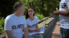 Χρήσιμοι εθελοντές που εκφράζουν τις ιδέες τους απόθεμα βίντεο