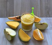 Χρήσιμοι καταφερτζήδες ποτών φρούτων σε ένα φλυτζάνι γυαλιού Στοκ Εικόνα