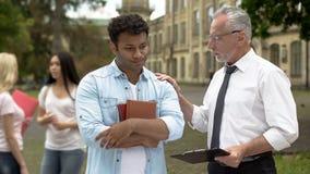 Χρήσιμος δάσκαλος που υποστηρίζει το σπουδαστή που απέτυχε τη δοκιμή, την υποστήριξη και τη βοήθεια στοκ φωτογραφία