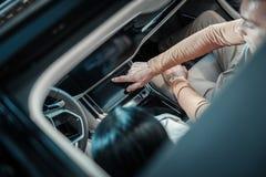 Χρήσιμος σύζυγος που λέει στη σύζυγό του για το νέο αυτοκίνητό της στοκ εικόνες