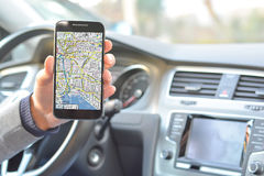 Χρήσιμος χάρτης app στο smartphone οδηγώντας Στοκ Φωτογραφίες