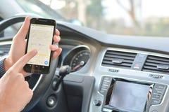 Χρήσιμος χάρτης app στο smartphone οδηγώντας Στοκ φωτογραφία με δικαίωμα ελεύθερης χρήσης
