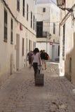 Χρήστες ενοικίου διακοπών που περπατούν το στο κέντρο της πόλης ciutadella στην κατακόρυφο minorca στοκ φωτογραφία