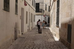 Χρήστες ενοικίου διακοπών που περπατούν το στο κέντρο της πόλης ciutadella στο minorca στοκ φωτογραφία με δικαίωμα ελεύθερης χρήσης