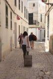 Χρήστες ενοικίου διακοπών που περπατούν το στο κέντρο της πόλης ciutadella στην κατακόρυφο minorca στοκ εικόνες με δικαίωμα ελεύθερης χρήσης