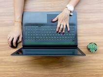 Χρήστης χεριών των lap-top στο γραφείο λειτουργώντας πινάκων Στοκ Φωτογραφία