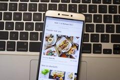 Χρήστης Uber που ανοίγει Uber App στο Smartphone του για να πάρει τα τρόφιμα del Στοκ φωτογραφία με δικαίωμα ελεύθερης χρήσης