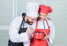 Χρειαστείτε κάποια βοήθεια Οικογενειακό μαγείρεμα στην κουζίνα r o t άτομο και στοκ φωτογραφίες με δικαίωμα ελεύθερης χρήσης