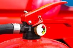 Χρεωμένος και έτοιμος να χρησιμοποιήσει τον πυροσβεστήρα με ένα μανόμετρο στοκ εικόνες με δικαίωμα ελεύθερης χρήσης