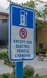 χρεώνοντας ηλεκτρικό όχημα σημαδιών Στοκ εικόνα με δικαίωμα ελεύθερης χρήσης