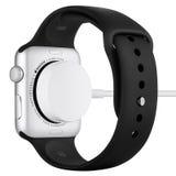 Χρεώνοντας στον αθλητισμό ρολογιών της Apple την ασημένια περίπτωση αργιλίου με τη μαύρη ζώνη Στοκ φωτογραφία με δικαίωμα ελεύθερης χρήσης
