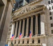 Χρηματιστήριο Αξιών της Νέας Υόρκης σε Γουώλ Στρητ με τις αμερικανικές σημαίες Οικονομική περιοχή, Μανχάταν στοκ εικόνες
