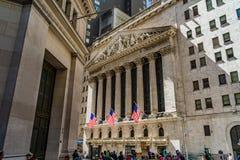 Χρηματιστήριο Αξιών της Νέας Υόρκης σε Γουώλ Στρητ με τις αμερικανικές σημαίες Οικονομική περιοχή, Μανχάταν στοκ φωτογραφίες