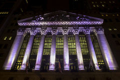 Χρηματιστήριο Αξιών της Νέας Υόρκης τή νύχτα στοκ φωτογραφία με δικαίωμα ελεύθερης χρήσης
