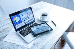 Χρηματιστήριο που ανταλλάσσει app σε ένα PC ταμπλετών και το PC lap-top Στοκ Εικόνες