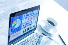 Χρηματιστήριο που ανταλλάσσει app σε ένα PC ταμπλετών και το PC lap-top Στοκ Φωτογραφία