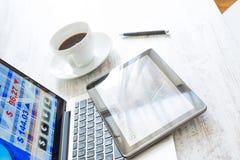 Χρηματιστήριο που ανταλλάσσει app σε ένα PC ταμπλετών και το PC lap-top Στοκ Φωτογραφίες
