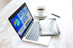 Χρηματιστήριο που ανταλλάσσει app σε ένα PC ταμπλετών και το PC lap-top Στοκ εικόνα με δικαίωμα ελεύθερης χρήσης