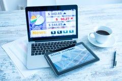Χρηματιστήριο που ανταλλάσσει app σε ένα PC ταμπλετών και το PC lap-top Στοκ φωτογραφία με δικαίωμα ελεύθερης χρήσης
