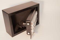 Χρηματοκιβώτιο πυροβόλων όπλων με το πυροβόλο όπλο στοκ φωτογραφίες