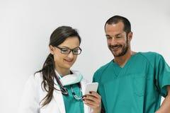 Χρησιμοποίηση γιατρών και νοσοκόμων κινητή Στοκ φωτογραφία με δικαίωμα ελεύθερης χρήσης