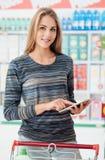 Χρησιμοποίηση γυναικών που ψωνίζει apps στην ταμπλέτα Στοκ Φωτογραφίες