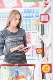 Χρησιμοποίηση γυναικών που ψωνίζει apps στην ταμπλέτα Στοκ φωτογραφίες με δικαίωμα ελεύθερης χρήσης
