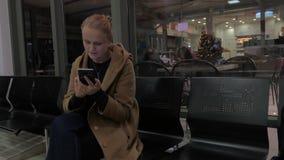 Χρησιμοποίηση γυναικών χαμόγελου κινητή στο εμπορικό κέντρο φιλμ μικρού μήκους