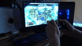Χρησιμοποίηση ενός ελεγκτή για να παίξει video-game 4k απόθεμα βίντεο