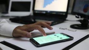 Χρησιμοποίηση ενός κινητού τηλεφώνου κυττάρων οθόνης αφής φιλμ μικρού μήκους