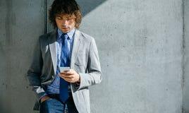 Χρησιμοποίηση επιχειρηματιών κινητή Στοκ Εικόνες