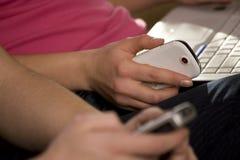 χρησιμοποίηση κινητών τηλ&epsil Στοκ εικόνες με δικαίωμα ελεύθερης χρήσης