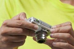 Χρησιμοποίηση μιας ψηφιακής κάμερα, αναθεώρηση εικόνων Στοκ Εικόνες