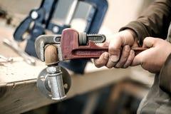 Χρησιμοποίηση ξυλουργών πιό plier για την εργασία του στο εργαστήριο ξυλουργικής Στοκ εικόνα με δικαίωμα ελεύθερης χρήσης