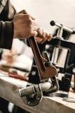 Χρησιμοποίηση ξυλουργών πιό plier για την εργασία του στο εργαστήριο ξυλουργικής Στοκ Φωτογραφίες