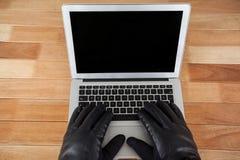 χρησιμοποίηση οθόνης μερών lap-top χάκερ ψηφίων υπολογιστών Στοκ Φωτογραφίες