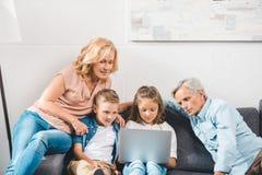 χρησιμοποίηση οικογενειακών lap-top στοκ εικόνα με δικαίωμα ελεύθερης χρήσης