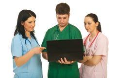 χρησιμοποίηση ομάδων lap-top γιατρών στοκ εικόνα με δικαίωμα ελεύθερης χρήσης