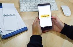 χρησιμοποίηση σε απευθείας σύνδεση τραπεζικών εργασιών apps smartphone των κινητών Στοκ φωτογραφίες με δικαίωμα ελεύθερης χρήσης