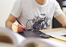 χρησιμοποίηση ταμπλετών ατόμων γραφικής παράστασης Στοκ εικόνα με δικαίωμα ελεύθερης χρήσης