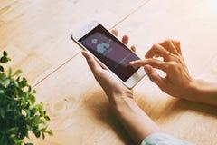 Χρησιμοποίηση της αποθήκευσης σύννεφων στο κινητό τηλέφωνο Στοκ Εικόνες