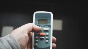 Χρησιμοποίηση της κινηματογράφησης σε πρώτο πλάνο τηλεχειρισμού κλιματιστικών μηχανημάτων Ρύθμιση ενός κλιματιστικού μηχανήματος  φιλμ μικρού μήκους