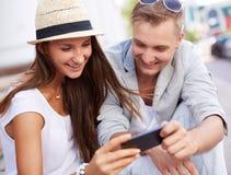 Χρησιμοποίηση της κινητής συσκευής Στοκ φωτογραφία με δικαίωμα ελεύθερης χρήσης
